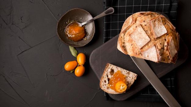 Frühstück mit brotscheiben und marmelade flach liegen