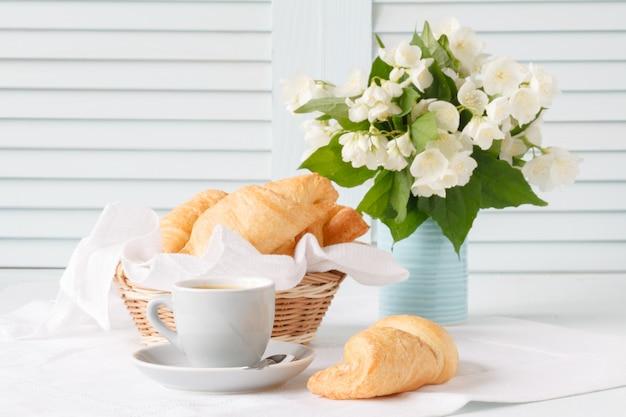 Frühstück mit croisant und kaffee