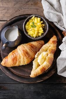 Frühstück mit croissant- und mangofrucht
