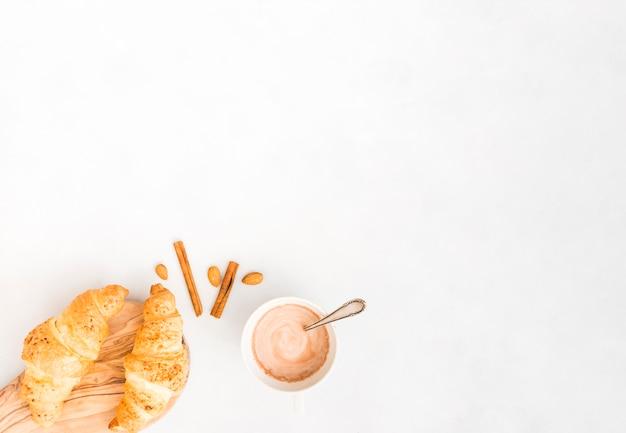 Frühstück mit croissant