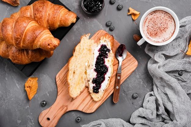Frühstück mit croissants, marmelade und kaffee