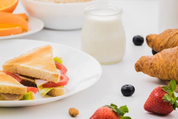 Frühstück mit croissants und früchten