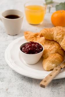 Frühstück mit croissants und hausgemachter bio-marmelade