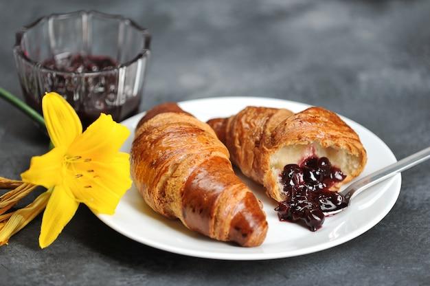 Frühstück mit croissants und lily