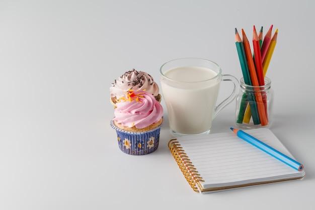 Frühstück mit cupcake und milch