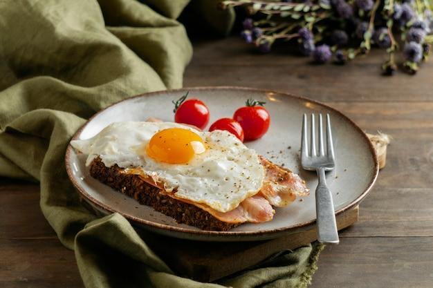 Frühstück mit ei, speck und tomaten high angle