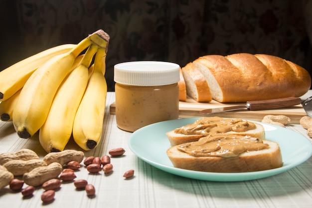 Frühstück mit erdnussbutter gesunder snack vegetarisches brotlaib mit erdnussbutter und banane