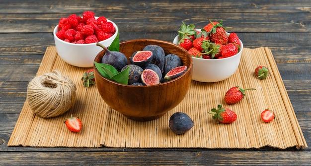 Frühstück mit feigen in einer schüssel mit erdbeeren