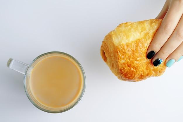 Frühstück mit französischem croissant und kaffee