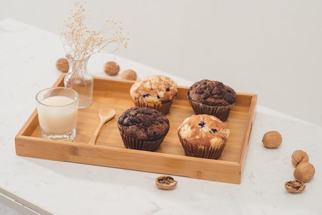 Frühstück mit frischen hausgemachten leckeren muffins und milch.