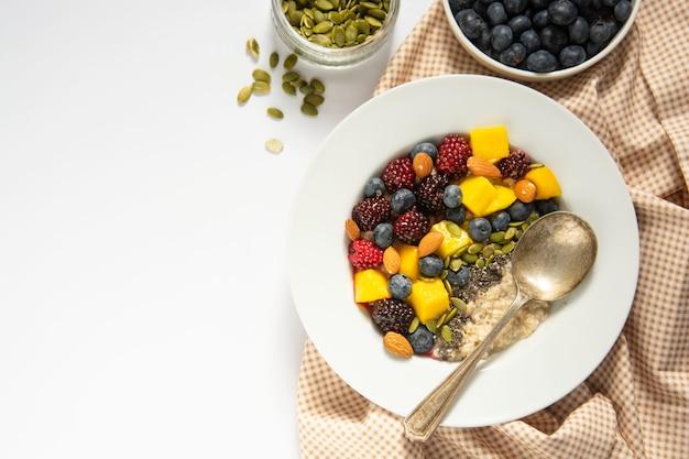 Frühstück mit haferbrei und früchten