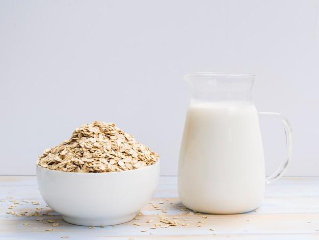 Frühstück mit hafermehlschüssel und -milch
