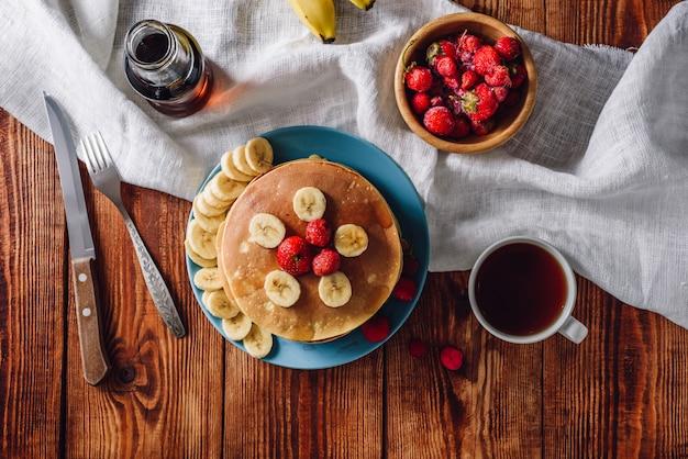 Frühstück mit hausgemachten pfannkuchen und früchten