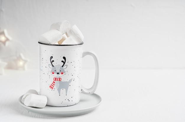 Frühstück mit heißer schokolade mit marshmallows in der tasse
