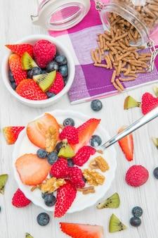 Frühstück mit joghurt, erdbeer-himbeer und müsli