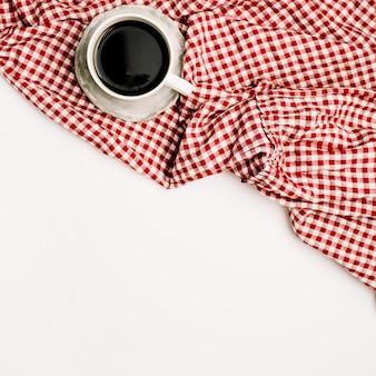 Frühstück mit kaffee auf rotem textil. flache lage, ansicht von oben