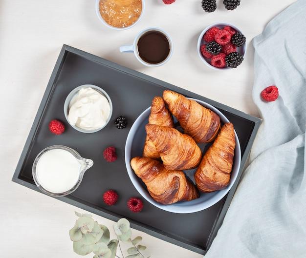 Frühstück mit kaffee, croissants