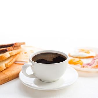Frühstück mit kaffee, toastbrot, eiern, speck, aufschnitt und käse auf weißem hintergrund white