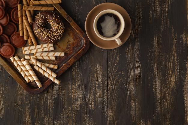 Frühstück mit kaffee und donut mit schokoladenglasur