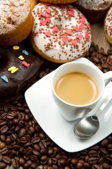 Frühstück mit kaffee und donuts
