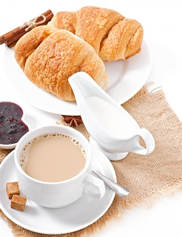 Frühstück mit kaffee und frischen croissants