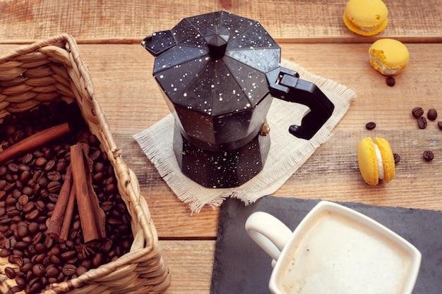 Frühstück mit kaffeekanne und makronen