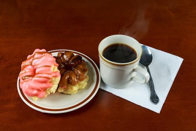Frühstück mit kaffeespenden und croissants.