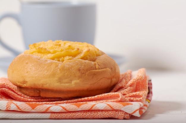 Frühstück mit kokosnusscremebrötchen