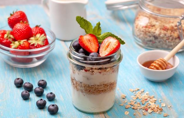Frühstück mit müsli, joghurt und beeren