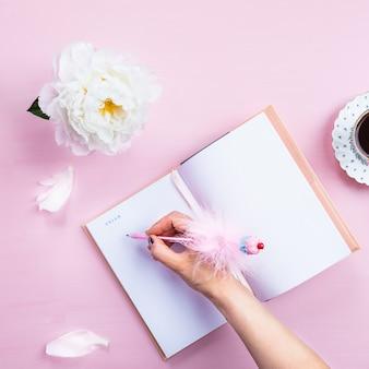 Frühstück mit notebook, kaffee und guter laune