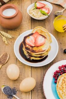 Frühstück mit pfannkuchen und erdbeeren