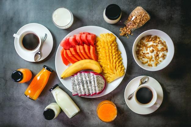 Frühstück mit schwarzem hintergrund