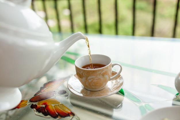 Frühstück mit tee auf der sri lanka teeinsel.