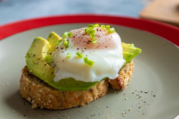 Frühstück mit toast mit avocado und pochiertem ei
