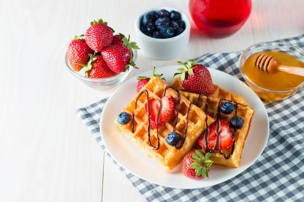 Frühstück mit waffeln
