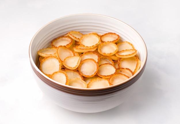 Frühstück mit winzigen pfannkuchen müsli
