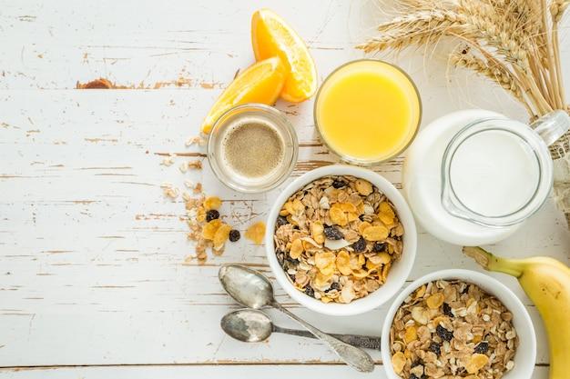 Frühstück - müsli und früchte auf weißer tabelle