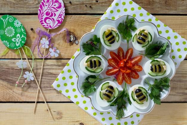 Frühstück oder mittagessen für kinder - hart gekochte eierbiene. frohe ostern essen für die kinder.