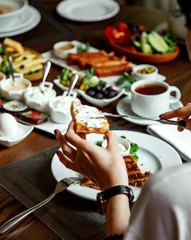 Frühstück stellte mit verschiedenem lebensmittel auf dem tisch ein