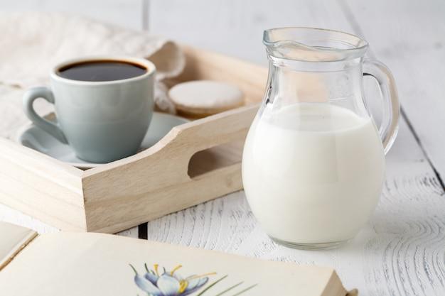 Frühstück, tablett mit tasse kaffee und süßigkeiten