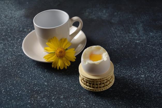 Frühstück. tasse kaffee und gekochtes ei