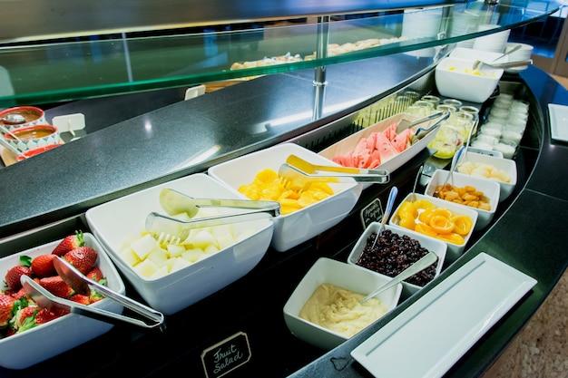 Frühstück trägt buffet im hotelrestaurant früchte