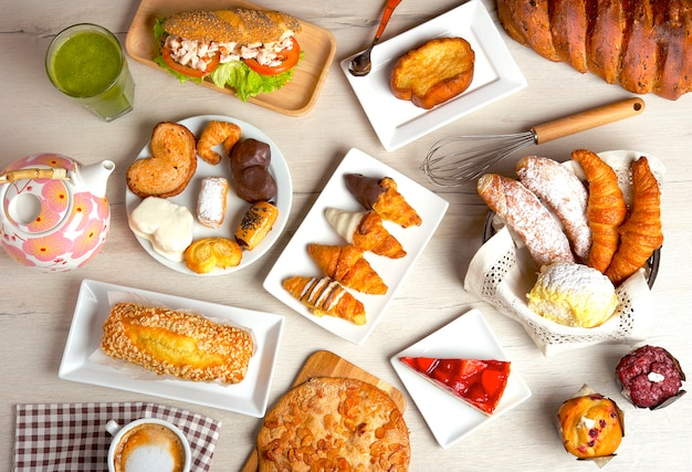 Frühstück und snack abwechslungsreich und ausgewogen mit kaffee, säften, brot und kuchen.