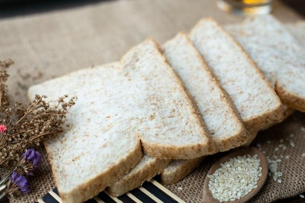 Frühstück, vollkornbrot und tee auf sauberen braunen sack legen.