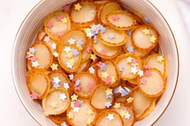 Frühstück winzige pfannkuchen müsli für kinder mit pulver nahaufnahme