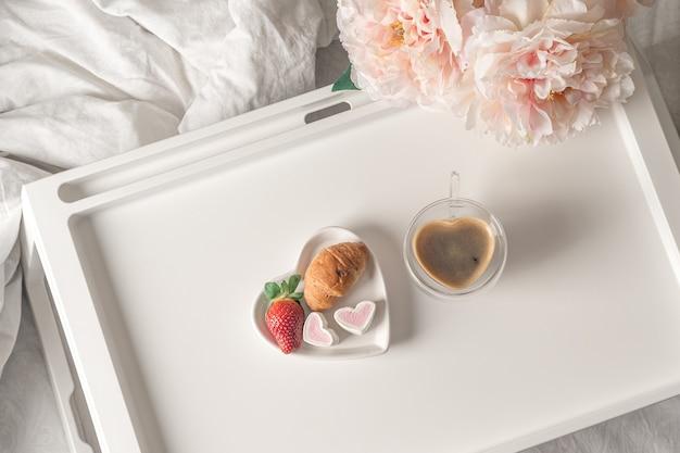 Frühstück zum valentinstag.