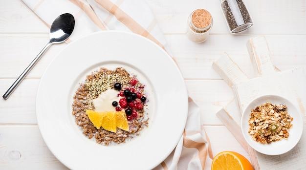 Frühstücken sie mit draufsicht der orange scheiben und der samen