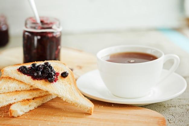 Frühstücken sie mit neuer toast- und beerenmarmelade auf tabelle.