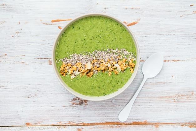 Frühstücks-detox-grün-smoothie-schüsselhintergrund