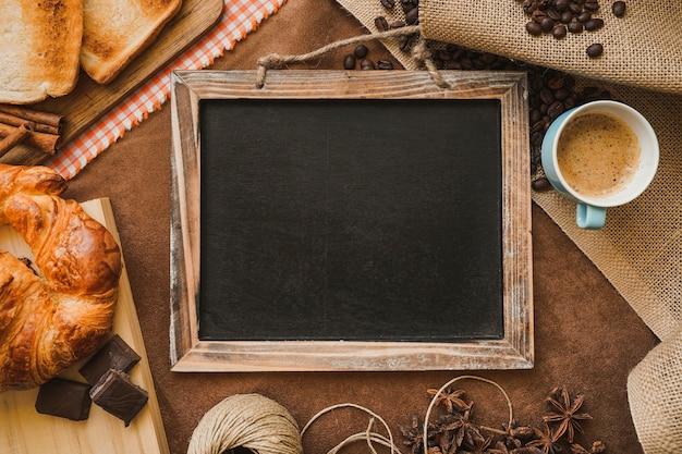 Frühstücks-komposition mit leeren schiefer für vatertag